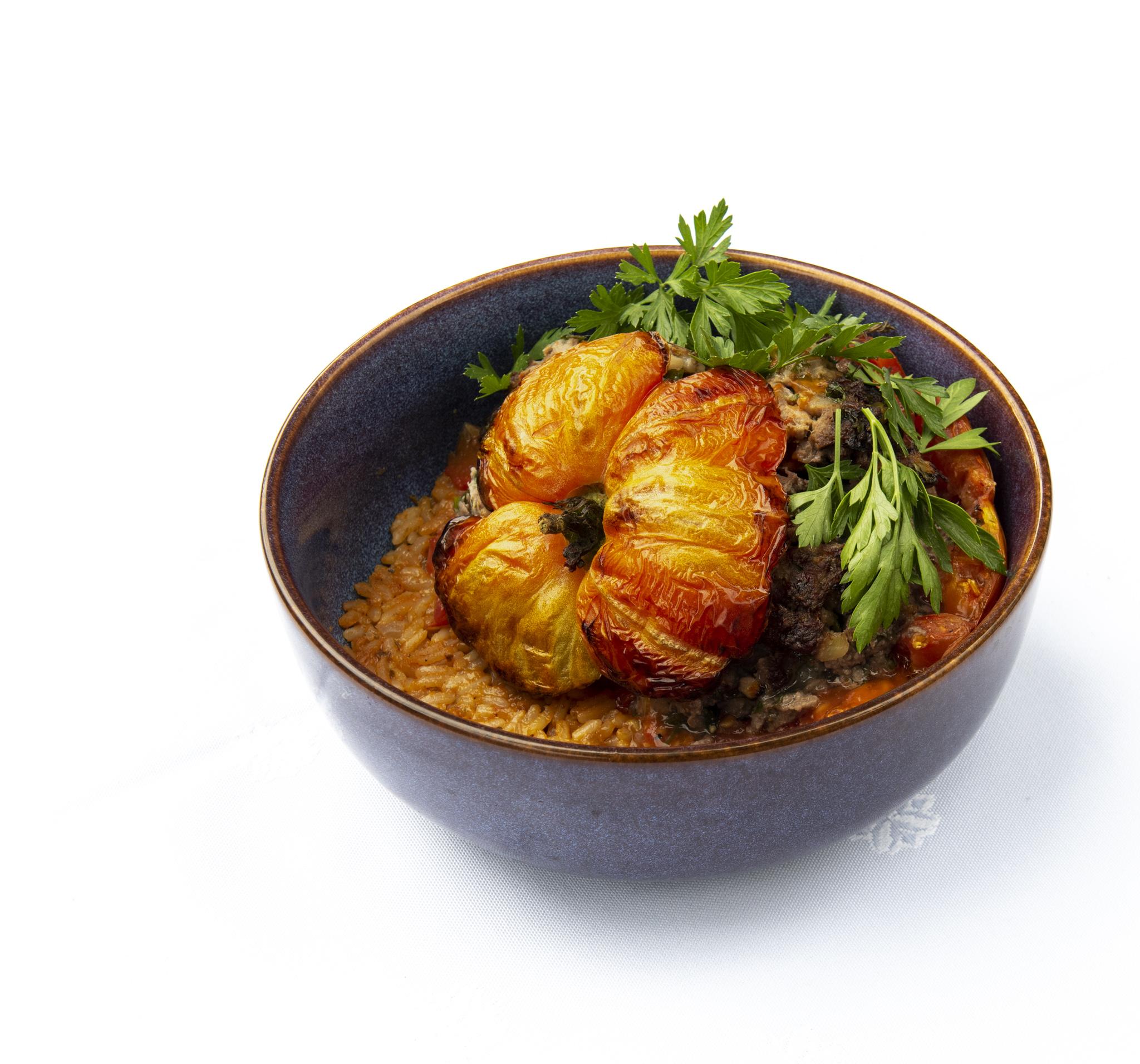Tomate farcie dans un plat avec du riz