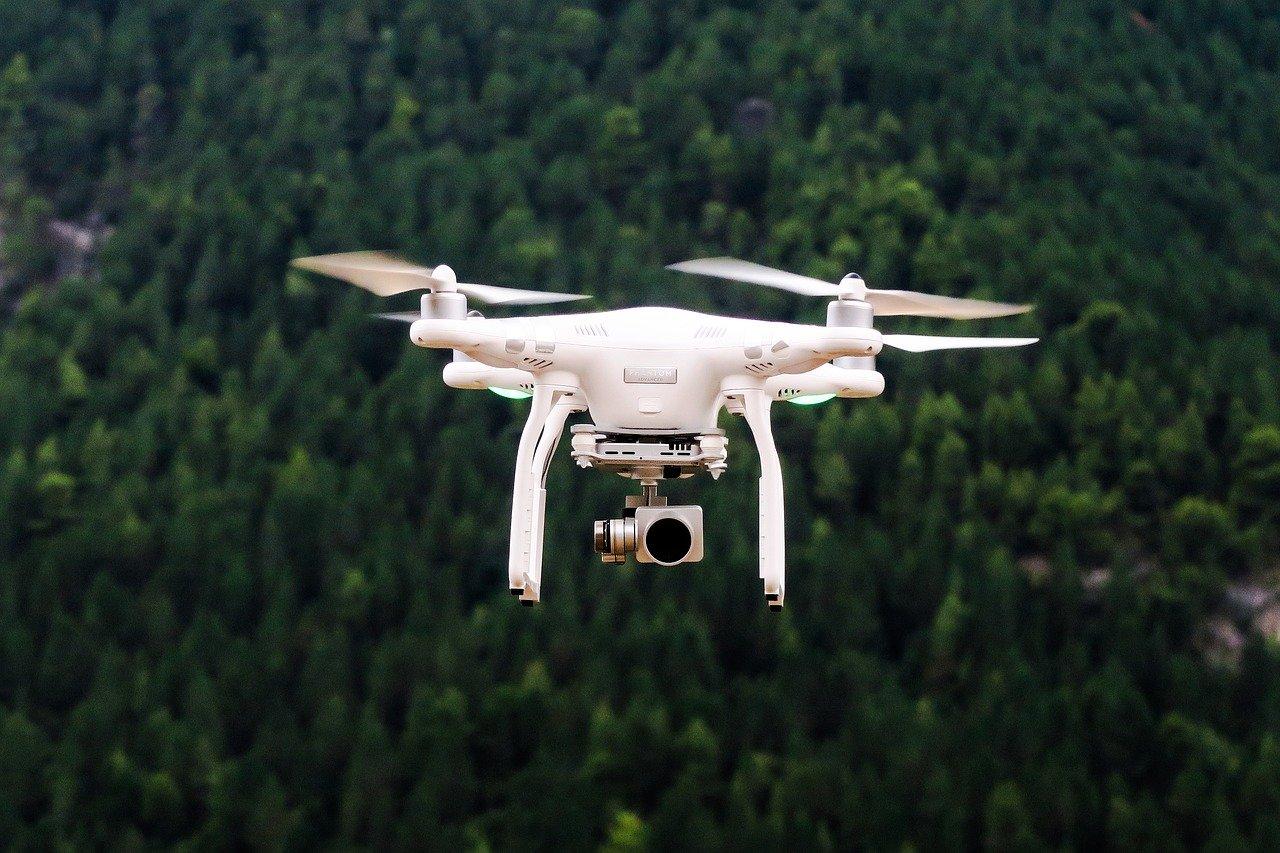 drône volant par dessus forêt